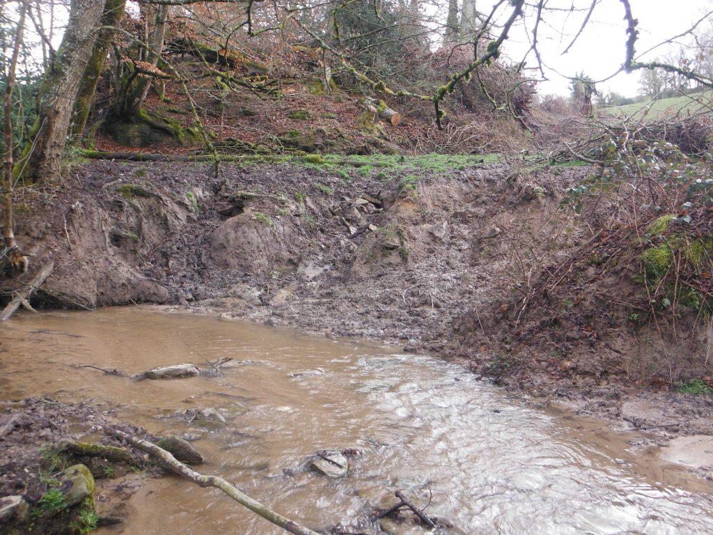 Illustration de l'érosion et du colmatage d'un cours d'eauu colmatage
